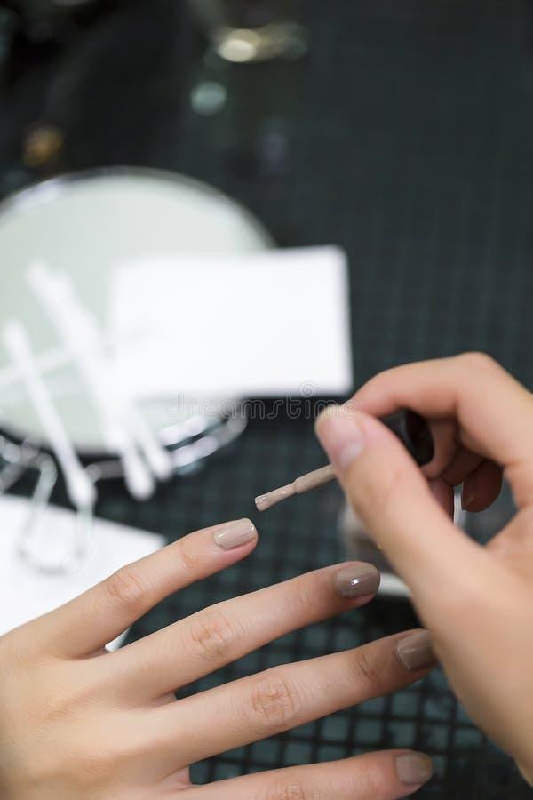 För idémålarfärg för asiatiska kvinnliga händer spikar idérika fingrar med suddighetstillbehör fotografering för bildbyråer