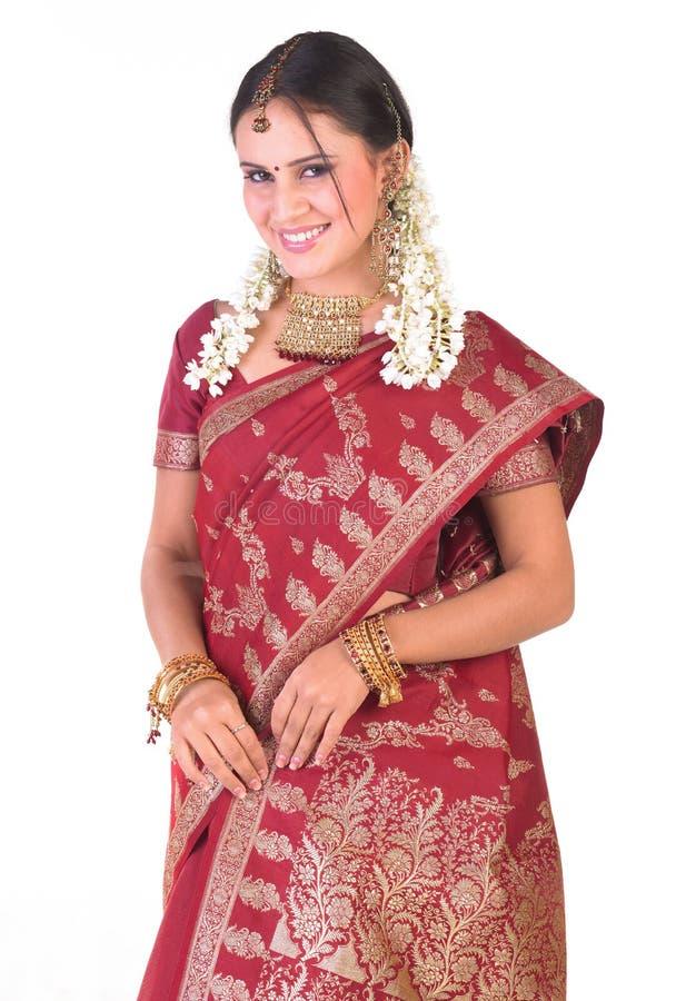 för indisk rik standing jeweleryställing för flicka royaltyfri bild