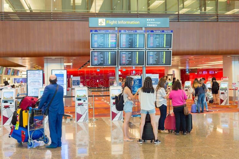 F?r informationsskrivbord om flyg folk Singapore fotografering för bildbyråer