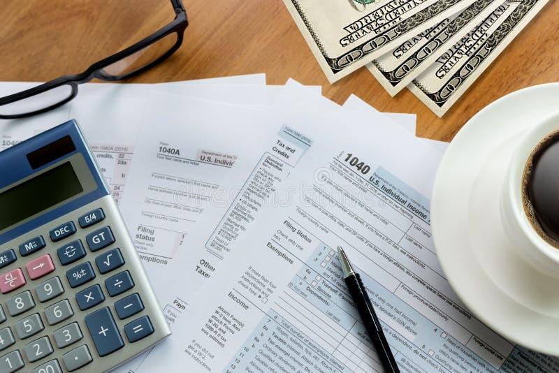 för inkomstretur för skatt individuell form Tid för finansiell redovisning för arkivfoto