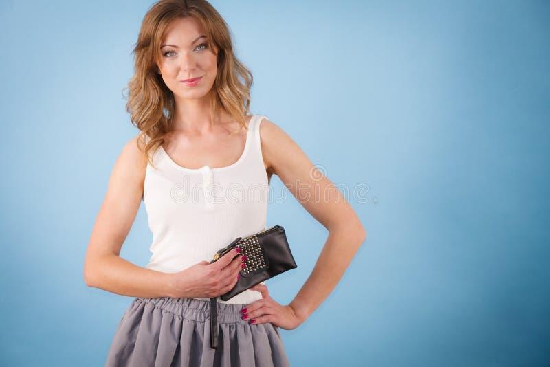 För innehavhand för elegant kvinna plånbok för handväska royaltyfria bilder