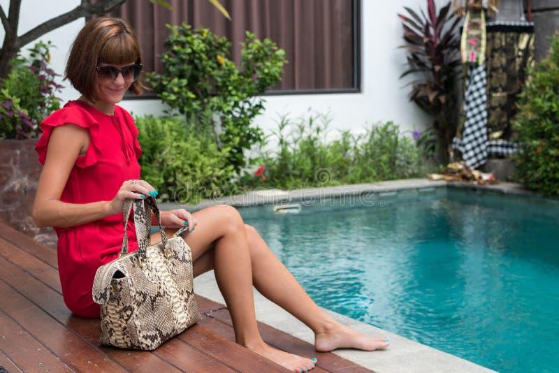För innehavläder för trendig kvinna påse för pytonorm för snakeskin Elegant dräkt Stäng sig upp av handväskan i händer av den sti royaltyfri fotografi