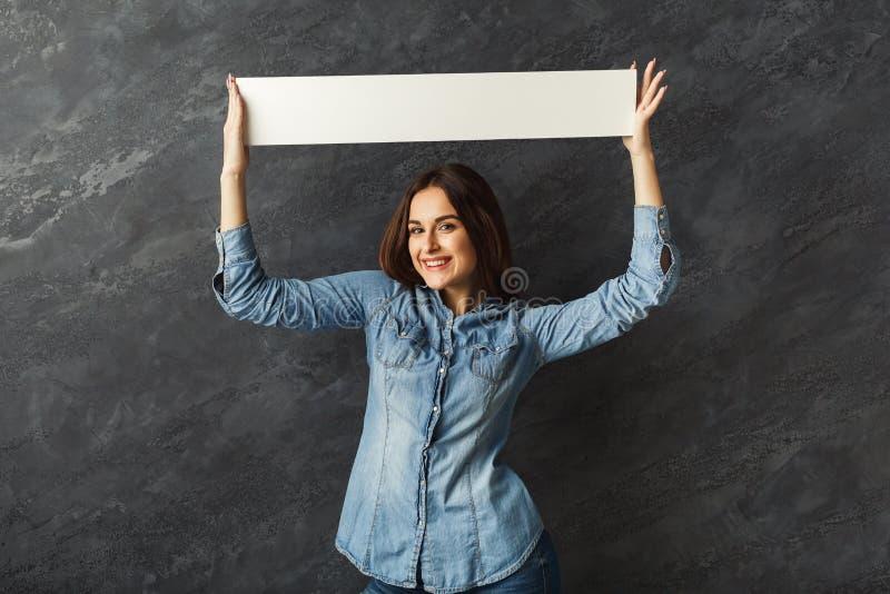 För innehavmellanrum för ung kvinna baner för vit arkivbild