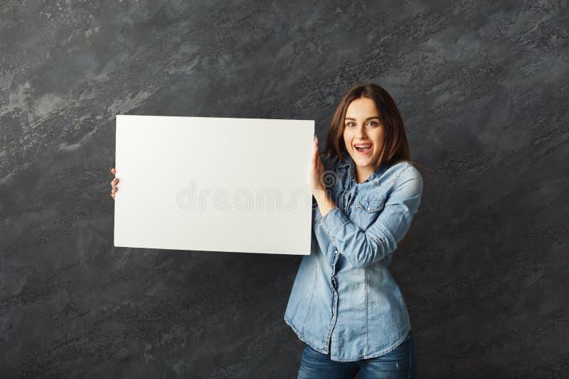 För innehavmellanrum för ung kvinna baner för vit arkivfoton