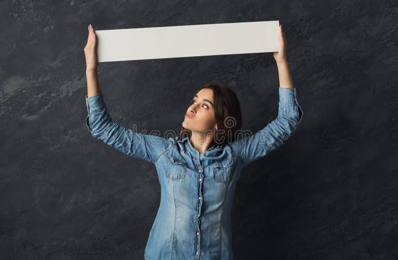 För innehavmellanrum för ung kvinna baner för vit royaltyfria foton