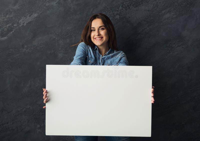 För innehavmellanrum för ung kvinna baner för vit royaltyfri bild