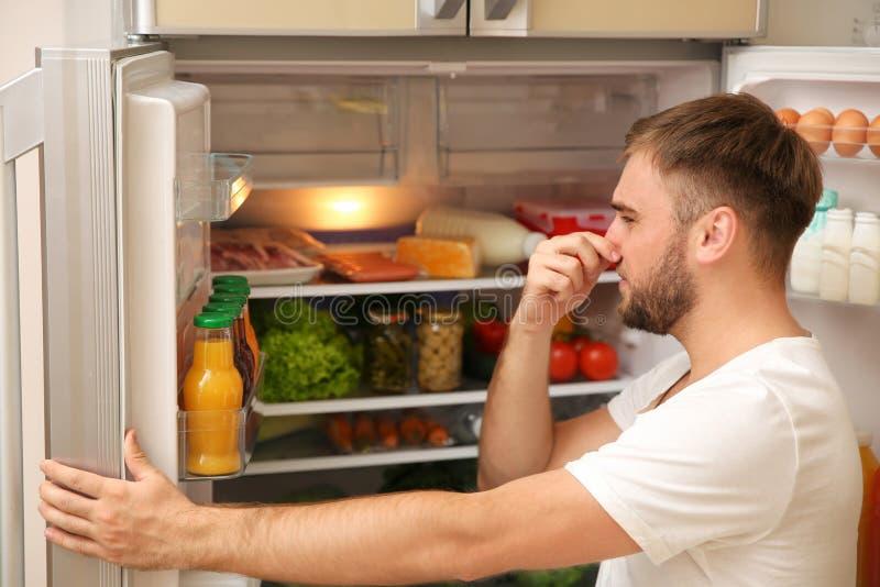 För innehavnäsa för ung man orsak av den dåliga lukten arkivbild