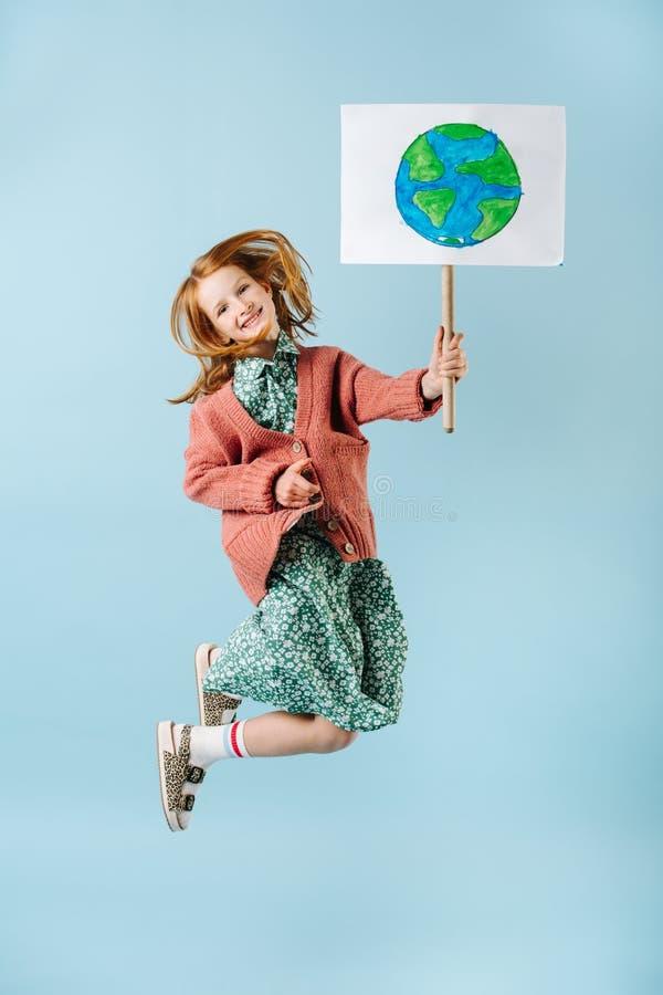För innehavplanet för tonårs- flicka som tecken för jord hoppar i service av nollförlorad rörelse arkivfoton