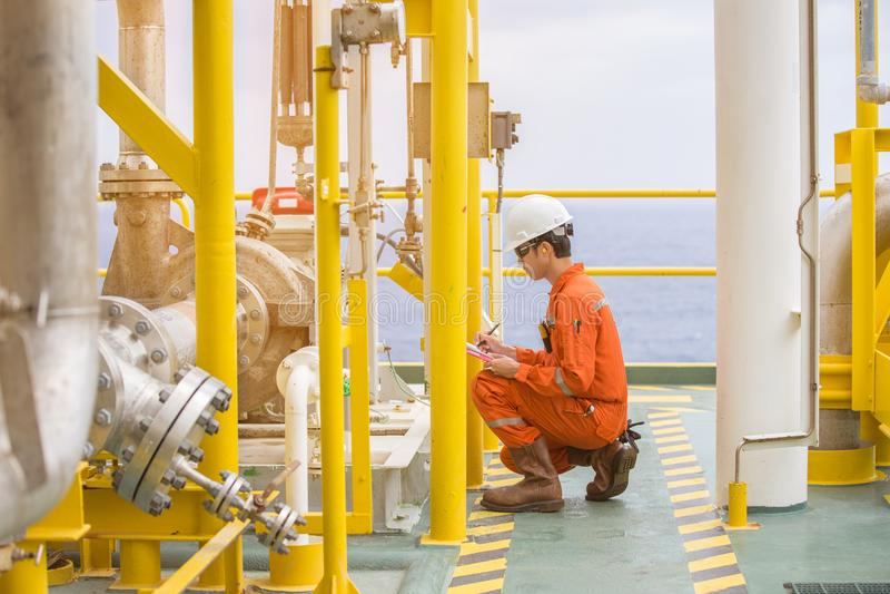 För inspektörkontroll för mekanisk tekniker typ för pump för råolja centrifugal på den centrala bearbeta plattformen för frånland royaltyfria bilder