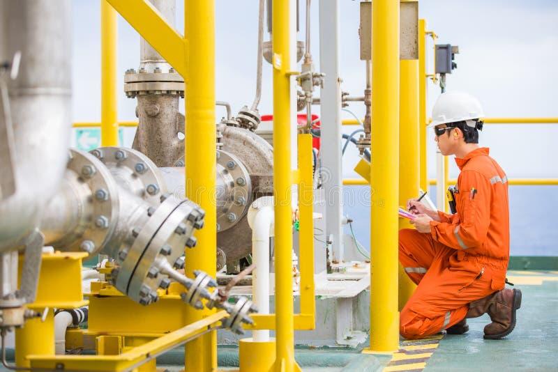 För inspektörkontroll för mekanisk tekniker typ för pump för råolja centrifugal på den centrala bearbeta plattformen för frånland arkivbild