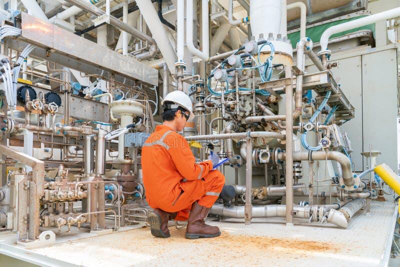 För inspektörkontroll för mekanisk tekniker typ för pump för råolja centrifugal på den centrala bearbeta plattformen för frånland arkivfoto