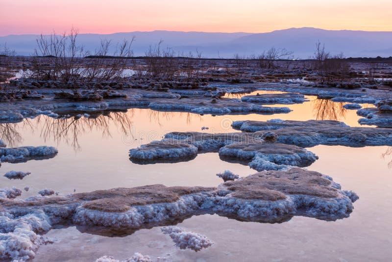 För Israel för det döda havet morgonen soluppgång saltar landskapnaturen arkivfoto