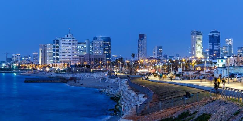 För Israel för Tel Aviv horisontpanorama skyskrapor för hav för stad blåa timme arkivfoto
