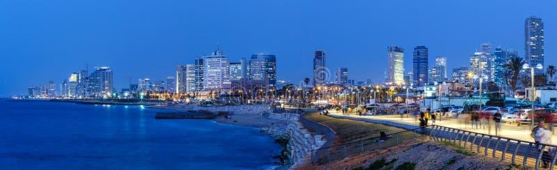 För Israel för Tel Aviv horisontpanorama skyskrapor för hav för stad för natt blåa timme royaltyfri bild