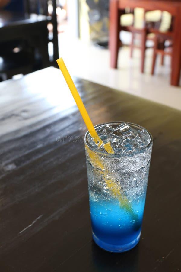 För isvatten för exponeringsglas kall citronjuice för blått på tabellen för den nya drinken arkivbild