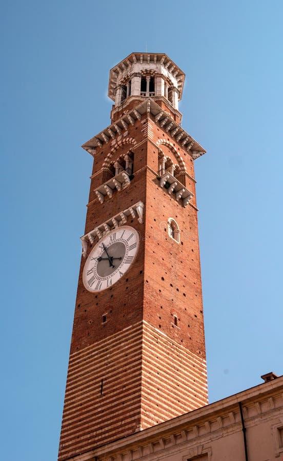 för italy för deidelleerbe torn verona för torre för piazza lamberti Det är också bekant som - det Klocka tornet som byggs i det  royaltyfri fotografi
