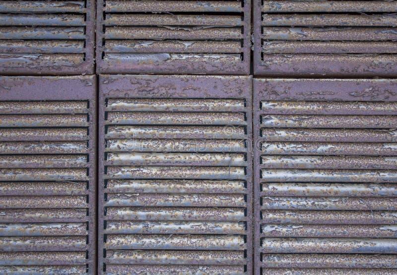F?r jalousiegaller f?r gr? brun metall rostig n?rbild Textur f?r grov yttersida arkivfoto