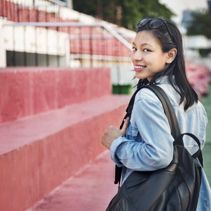 För jeansflicka för kvinnor tillfälligt begrepp för enkelhet för frihet royaltyfri fotografi