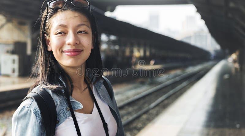 För jeansflicka för kvinnor tillfälligt begrepp för enkelhet för frihet arkivfoto