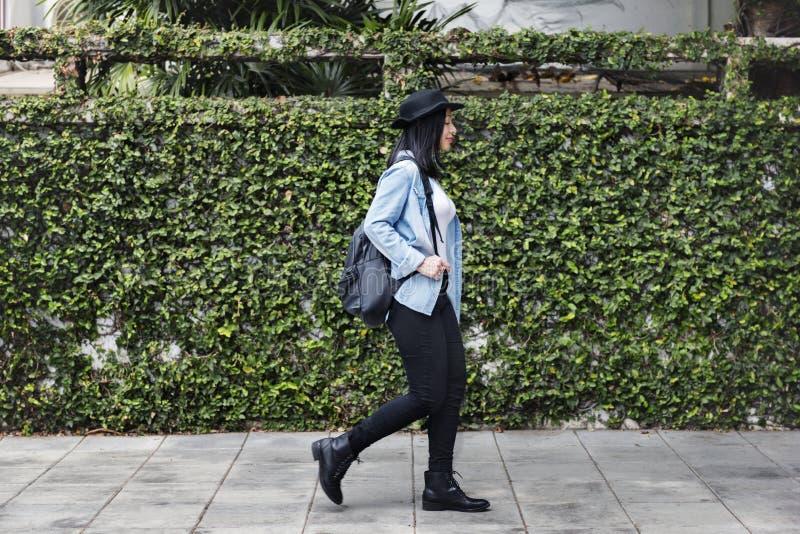 För jeanshatt för kvinnor tillfälligt begrepp för enkelhet för frihet för flicka royaltyfria bilder