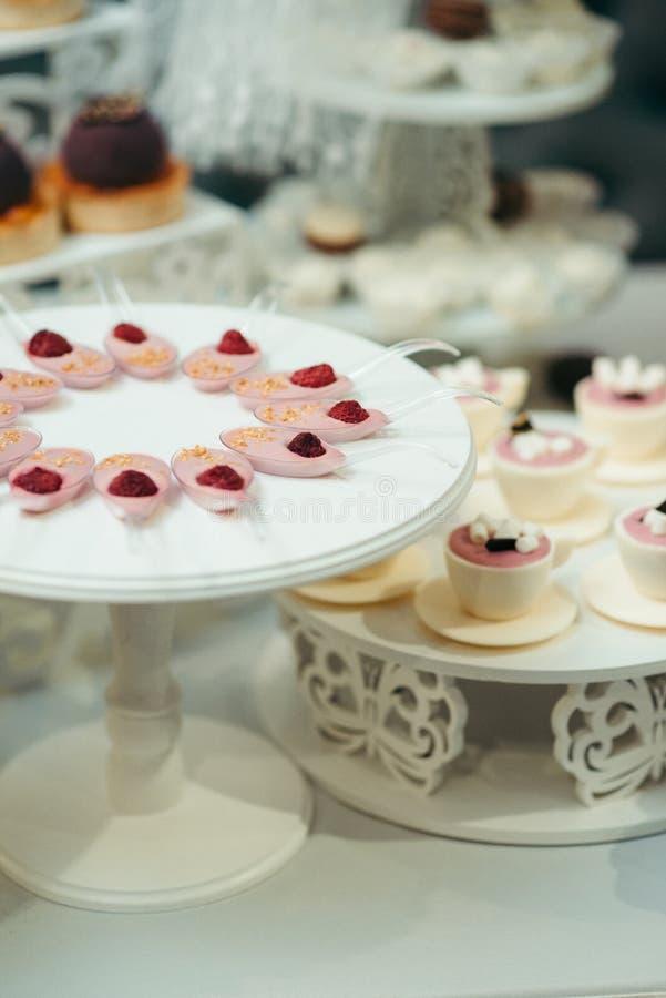 För Jelly Raspberries Chocolate Cups Marshmalows för frukt för efterrätt för lodlinjeskottbröllop uppsättning tabell royaltyfria foton