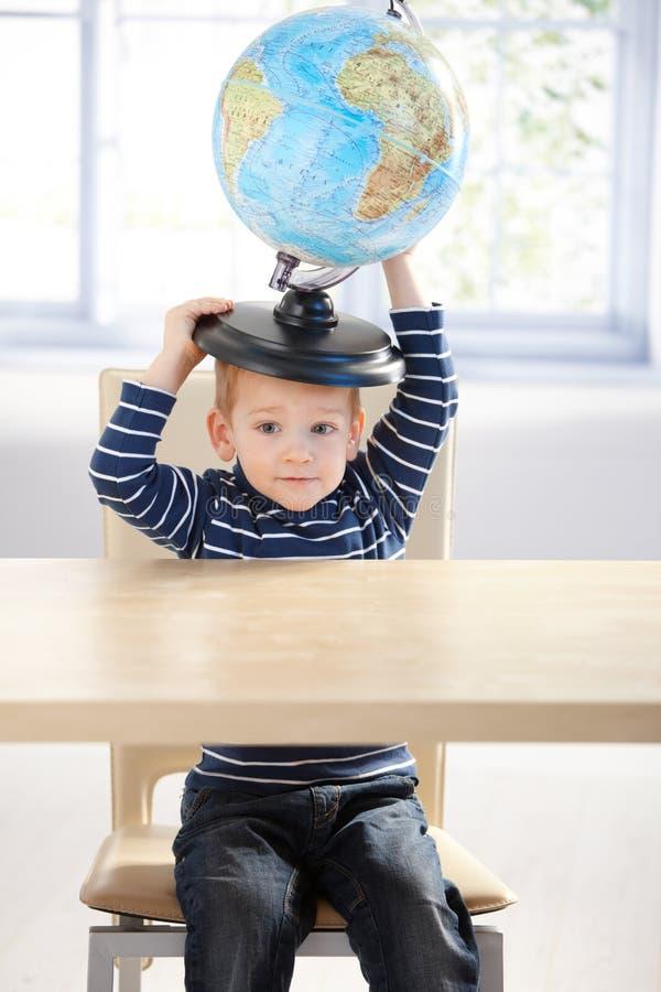 för jordklothuvud för pojke gullig holding little arkivbild