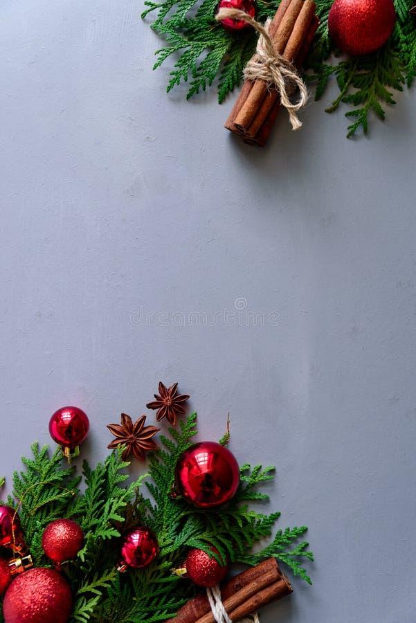 för julsammansättning för bauble blått exponeringsglas Filialer för julgranträd, bollar, kanelpinnar och anisstjärnor på grå träb arkivbild