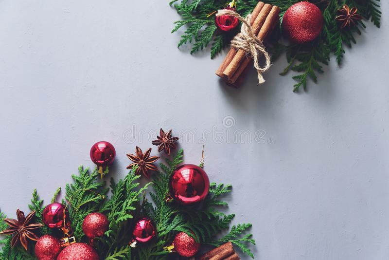 för julsammansättning för bauble blått exponeringsglas Filialer för julgranträd, bollar, kanelpinnar och anisstjärnor på grå träb arkivbilder