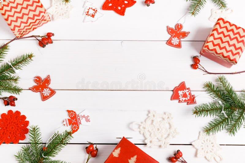 för julsammansättning för bauble blått exponeringsglas Gåvor granträdfilialer, röda garneringar på vit bakgrund Jul vinter, nytt  royaltyfri fotografi