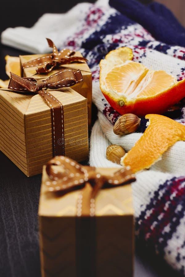 för julsammansättning för bauble blått exponeringsglas Hantverkgåvaaskar med bandet, tangerin, hasselnötter och den varma stack t arkivbild