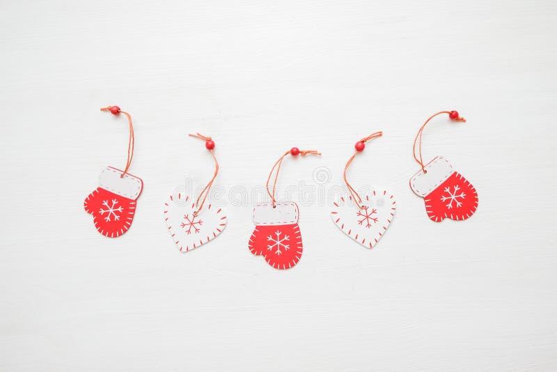 för julsammansättning för bauble blått exponeringsglas Idérik orientering av röd leksaker på vit bakgrund white för julgåvaisoler royaltyfria foton