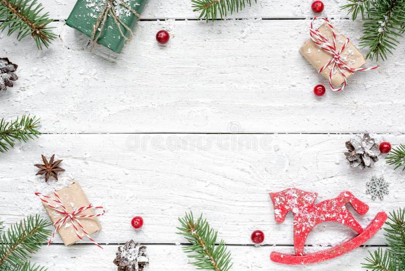 för julsammansättning för bauble blått exponeringsglas inrama gjort av granfilialer, röda bär, retro jul leksaken, gåvaaskar och  arkivbild