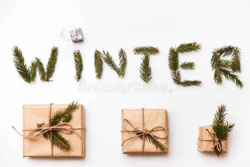 för julsammansättning för bauble blått exponeringsglas Jul gåvan, ordvintern som göras av gran, förgrena sig Lekmanna- lägenhet,  arkivfoto