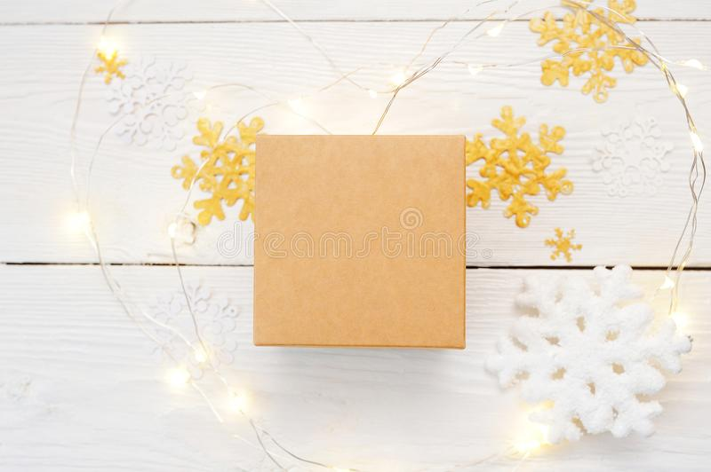 för julsammansättning för bauble blått exponeringsglas Julmodellgåvan, stucken filt, sörjer kottar, gran förgrena sig på trävit b arkivfoton