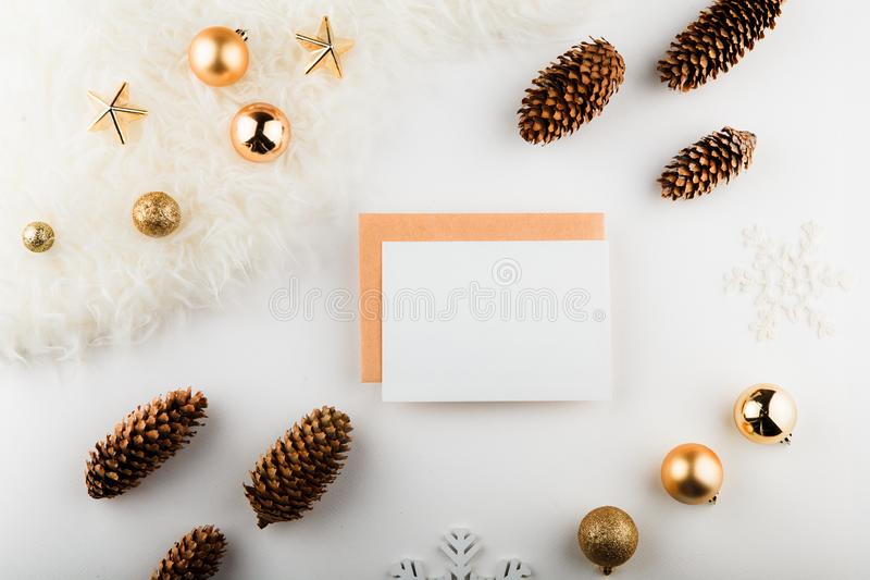 för julsammansättning för bauble blått exponeringsglas Pappers- mellanrum, guld- garneringar på vit bakgrund Lekmanna- lägenhet,  arkivfoto
