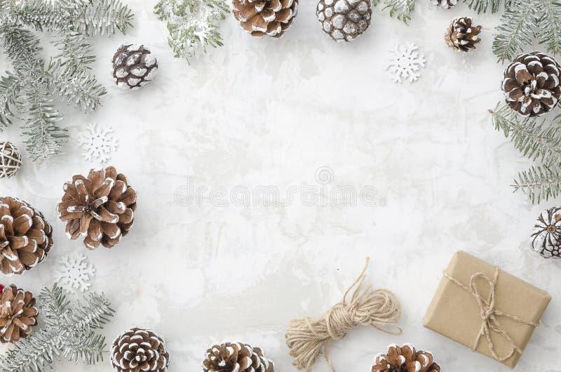 för julsammansättning för bauble blått exponeringsglas Plan lekmanna- garneringram som göras av granfilialer, kottar, gåvaasken,  arkivfoto