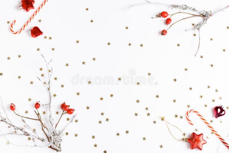 för julsammansättning för bauble blått exponeringsglas Röda nyponbär på en vit bakgrund och guld- stjärnor Jul nytt år, vinterbeg arkivfoto