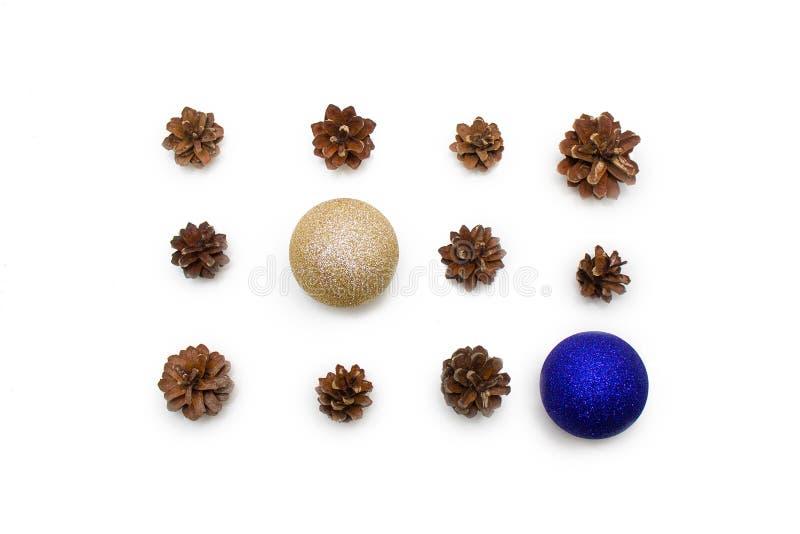 för julsammansättning för bauble blått exponeringsglas sörja röda och guld- bollar för kottar, på vit bakgrund Lekmanna- bästa si royaltyfria bilder