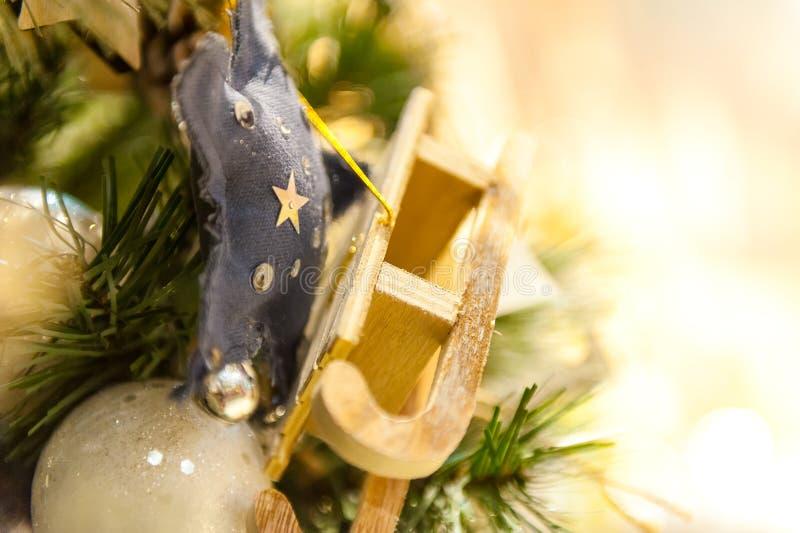 för julsammansättning för bauble blått exponeringsglas godisen granträd leker med bränningstearinljus, askar, bollar, sörjer kott royaltyfri bild