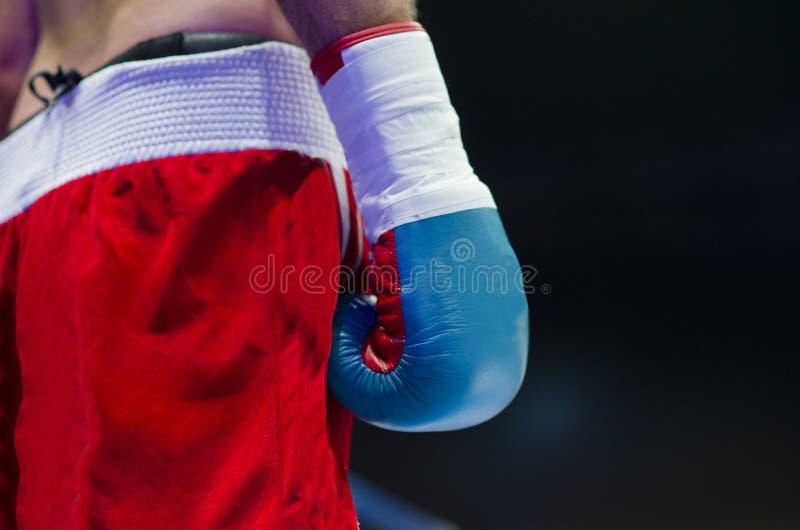 För kampstarten, hand av en boxare på cirkeln arkivfoton