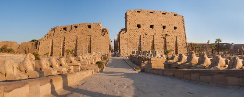 För Karnak för panorama guld- portar tempel arkivbilder