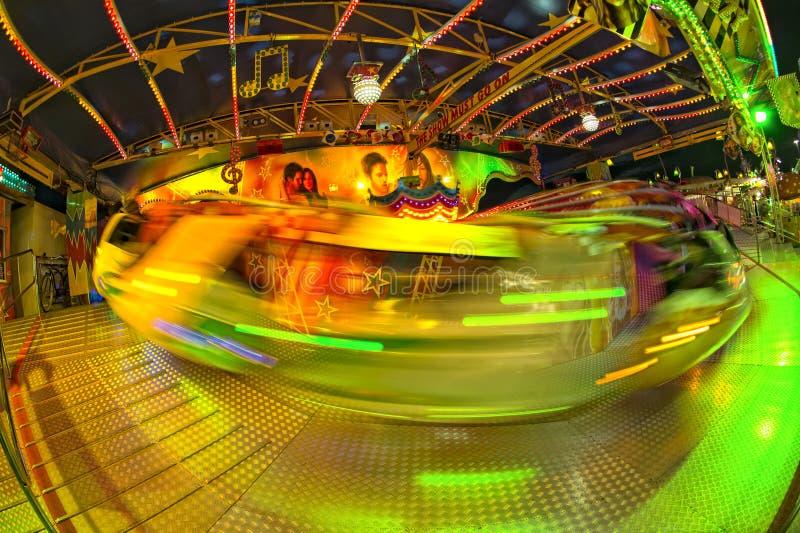 För karnevalLuna Park för rolig mässa bakgrund rörande ljus arkivfoto