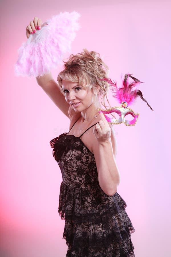 För karnevalmaskering för kvinna hållande fan för fjäder i hand royaltyfria bilder
