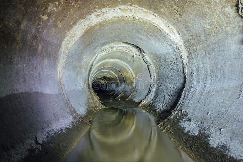 För kastrunda för stads- kloak flödande rör för tunnel för avklopp fotografering för bildbyråer