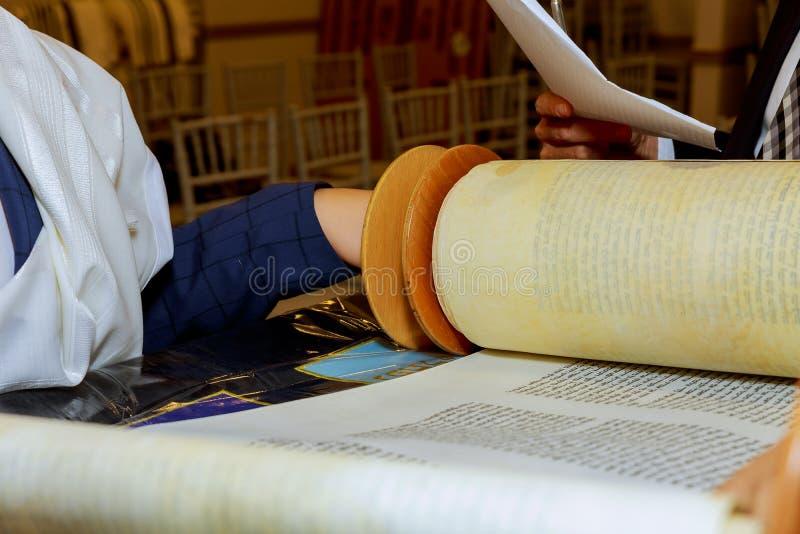 För klädfamilj för judisk man iklädd rituell mitzvah jerusalem för man arkivbilder