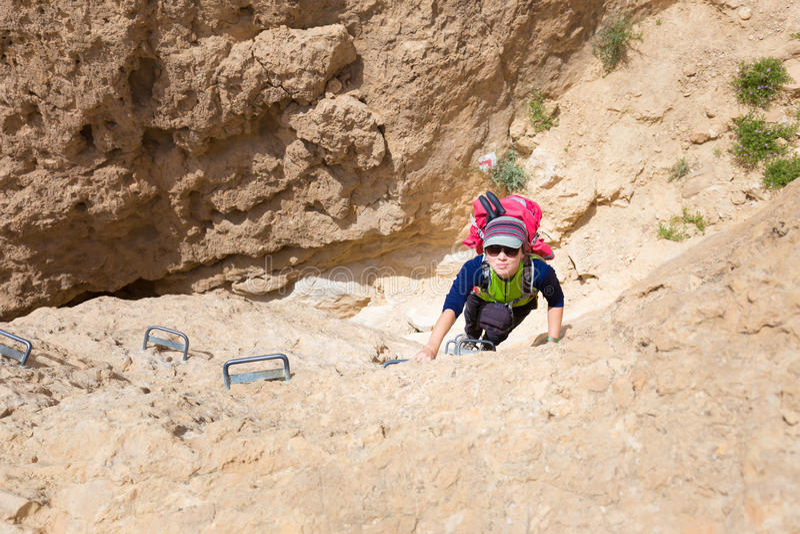 För klättringöken för ung kvinna klippa för kanjon royaltyfri bild