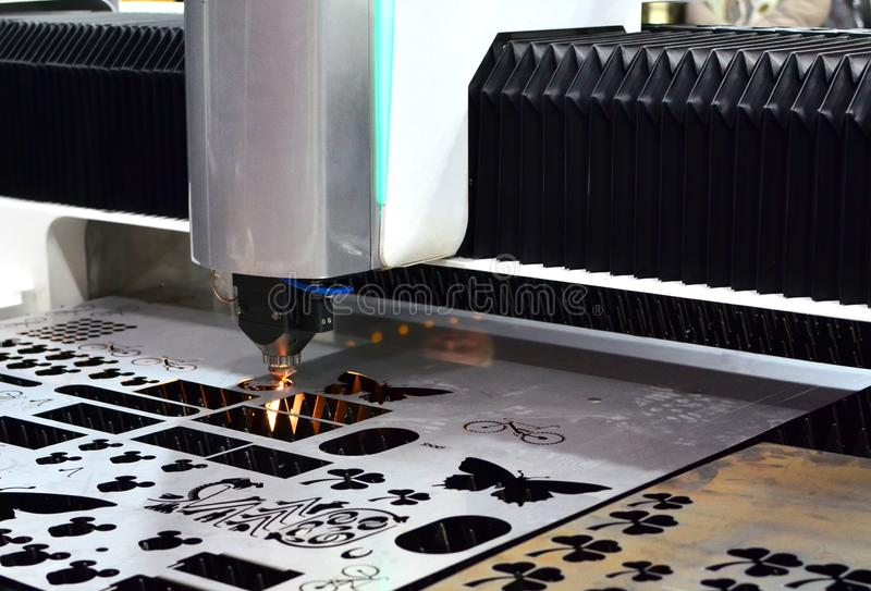 F?r klippmetallarbete f?r laser CCN maskin f?r bransch i fabrik royaltyfria foton