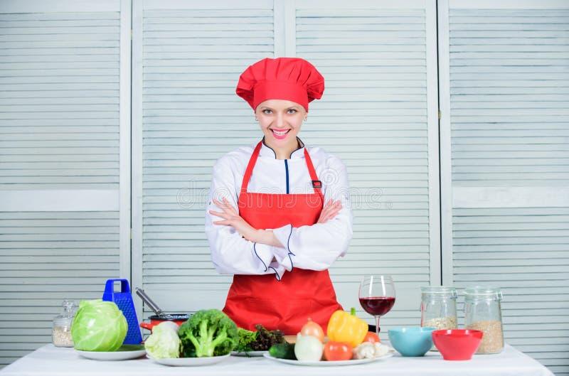 För kockkläder för kvinna nätt hatt och förkläde Likformig för yrkesmässig kock Förtjusande kock för dam att undervisa kulinarisk royaltyfri bild