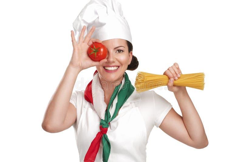För kockvisning för ung kvinna ingredienser för italiensk mat royaltyfri foto
