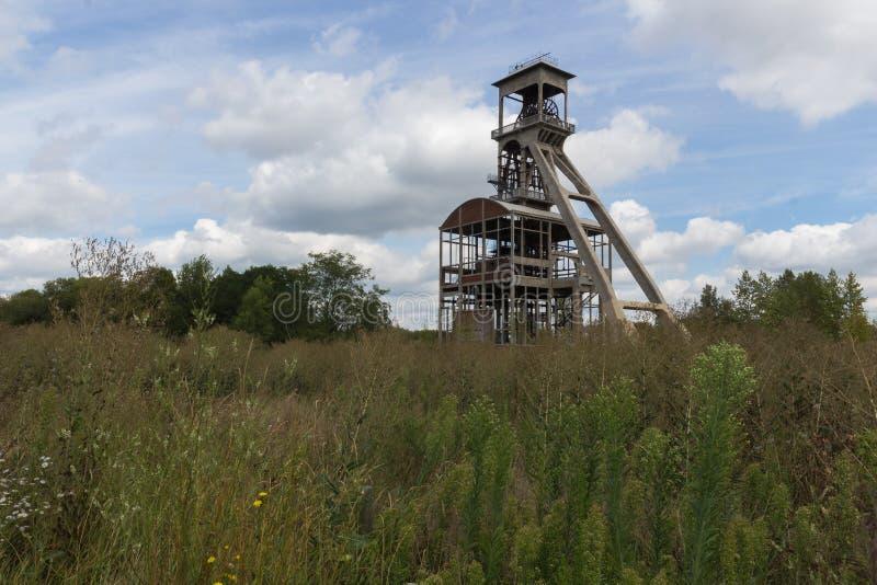 För kolgruvor under en dramatisk himmel nära Maasmechelen Village royaltyfri bild